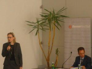 """Сюзън Милфорд, директор на Института за Дунавското пространство и Централна Европа открива дискусията """"България преди изборите"""""""