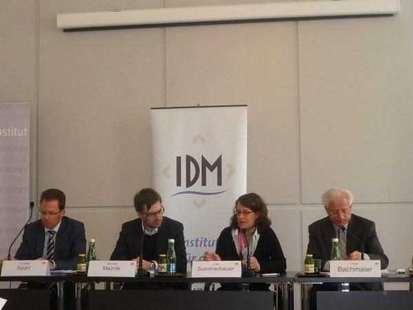Участници в панела (от ляво на дясно): Кристиан Спаар, Михаел Мецник, Юта Зомербауер и Петер Бахмайер
