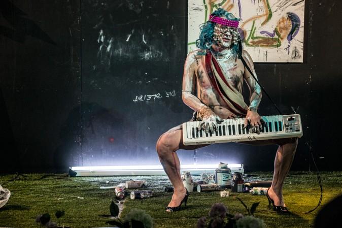 Иво Димчев в спектакъла Avoiding Delifeath по време на фестивала ИмПулсТанц във Виена