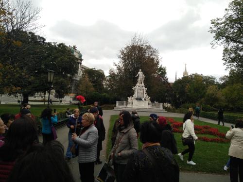 пред паметника на Моцарт в Бурггартен