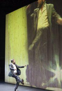 """Самуел Финци в постановката """"Един кон влиза в бара"""" на Академичния театър във Виена"""