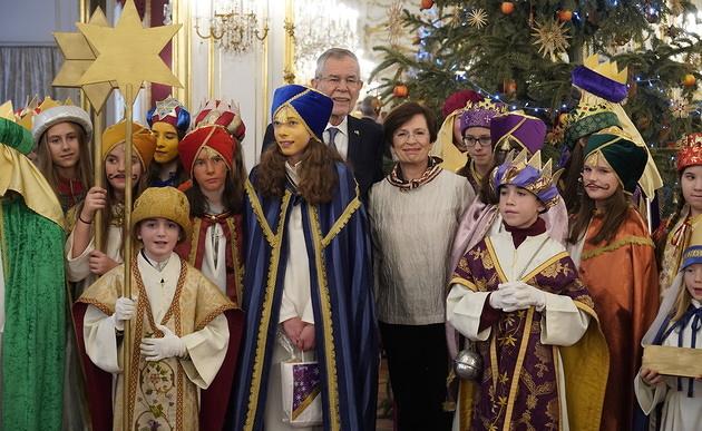 Звездните певци с президента Александър Ван дер Белен