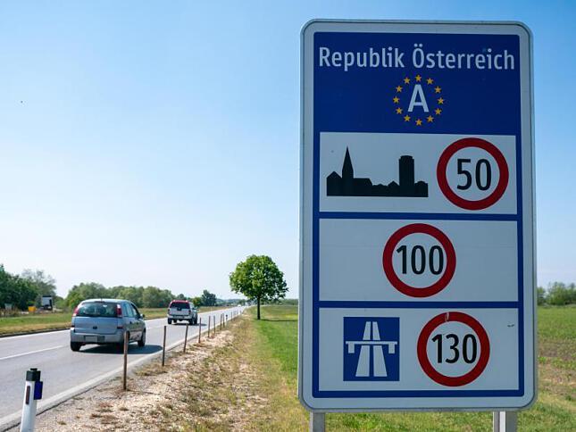 Влизането в Австрия от рискови държави само след представяне на негативен PCR тест. 14-дневната карантина е задължителна.